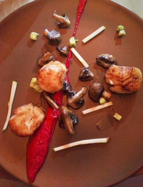 Poélee Saint Jacques champignons de paris, pommes granites, sauce betterave Jérémy Moscovici