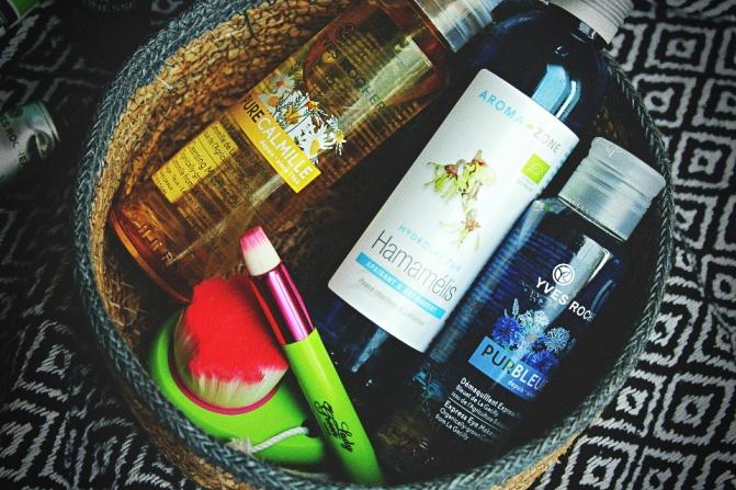 produits nettoyants peau : démaquillant Yves rocher, hydrolat aroma zone, brosse nettoyante Lady green